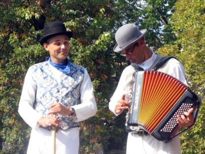 Échassiers musettes, musique et accordéon sur échasses
