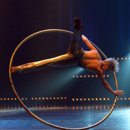 Roue Cyr Elena, animation de cirque pour vos évènements.